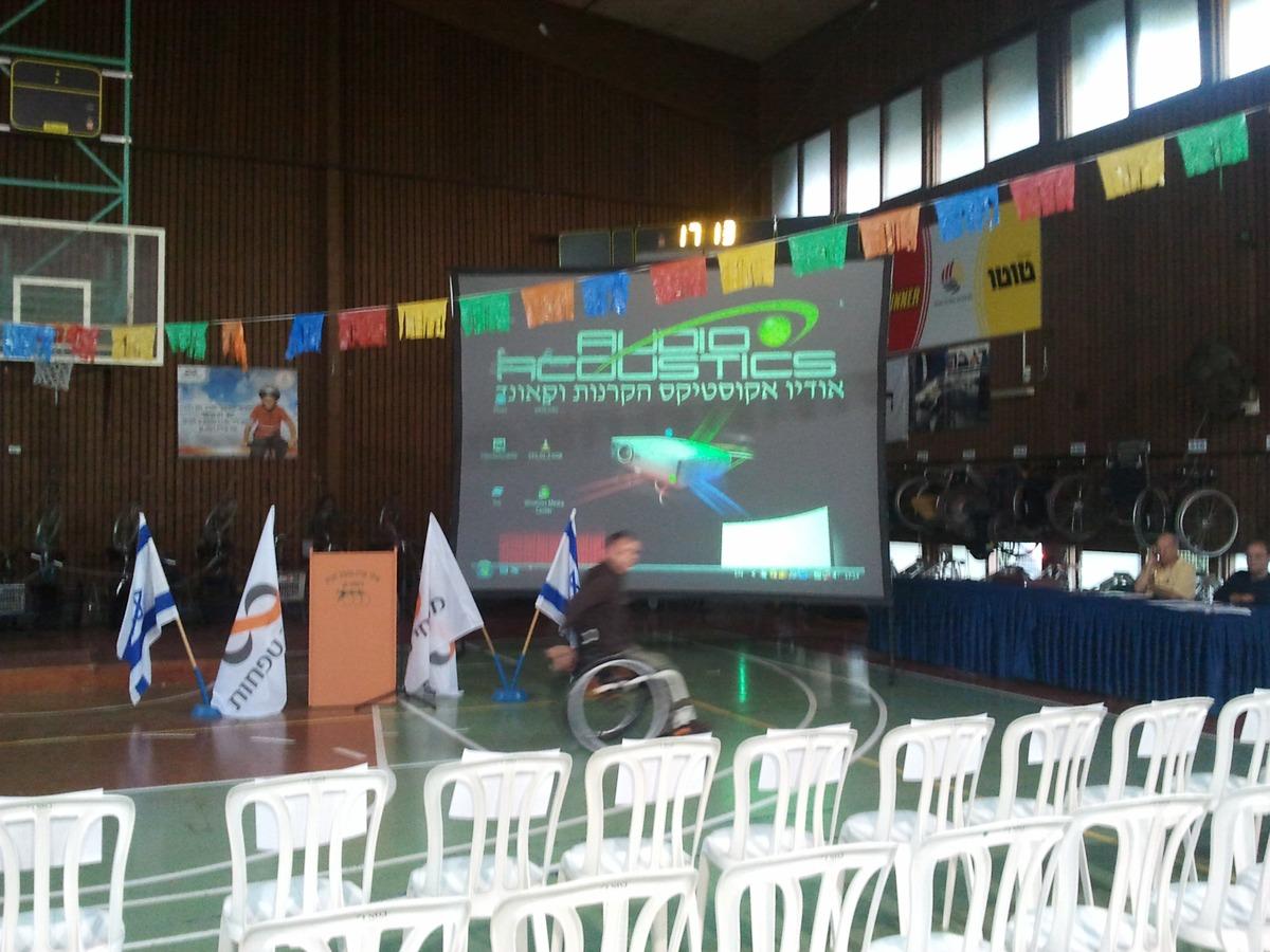 באירוע של אילן מרכז ספורט לנכים הקרנה על גבי מסך 3X4