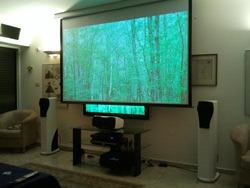 התקנת מסך הקרנה לפני טלוויזיה בית ברמת אביב