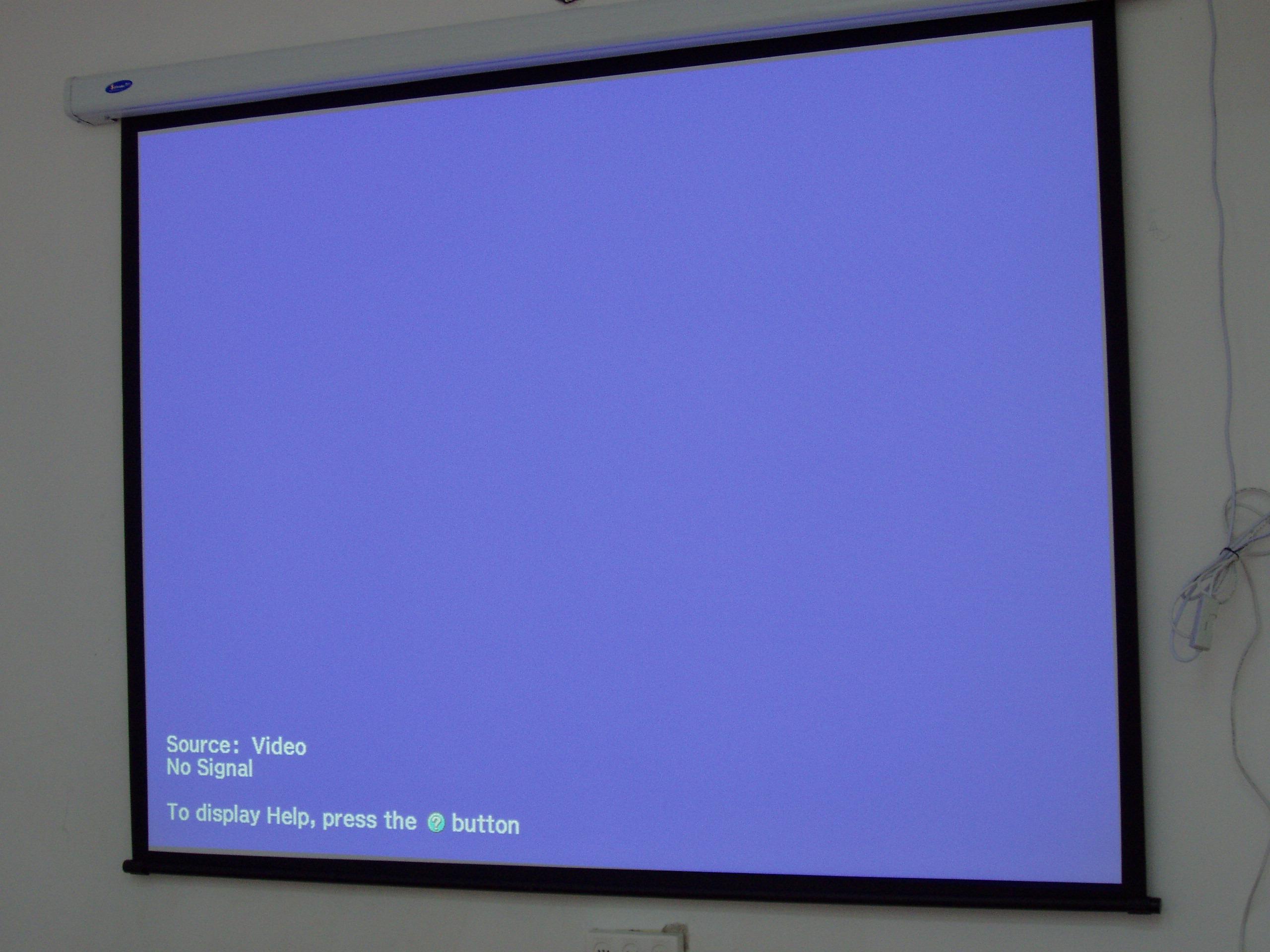 מסך הקרנה חשמלי בכיתת לימוד