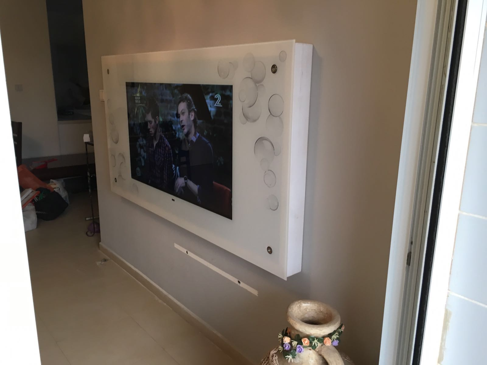 התקנת טלוויזיה בזכוכית מחוסמת
